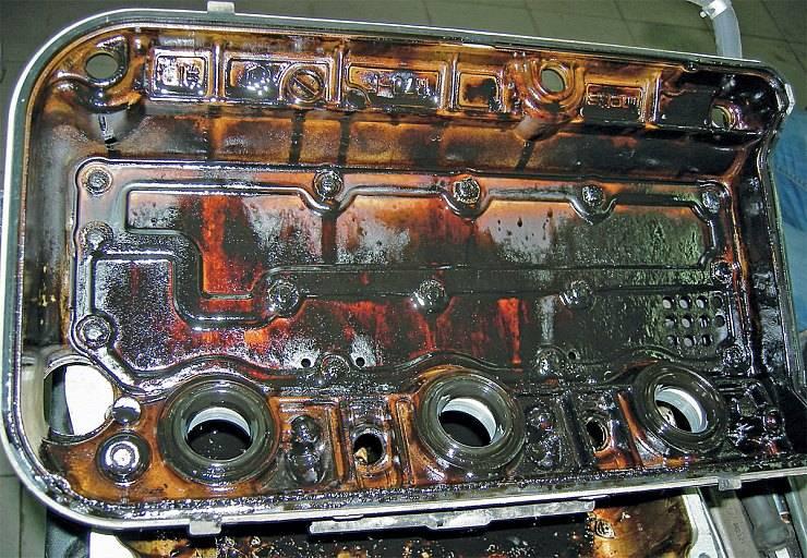 Основные причины потемнения моторного масла в двигателе