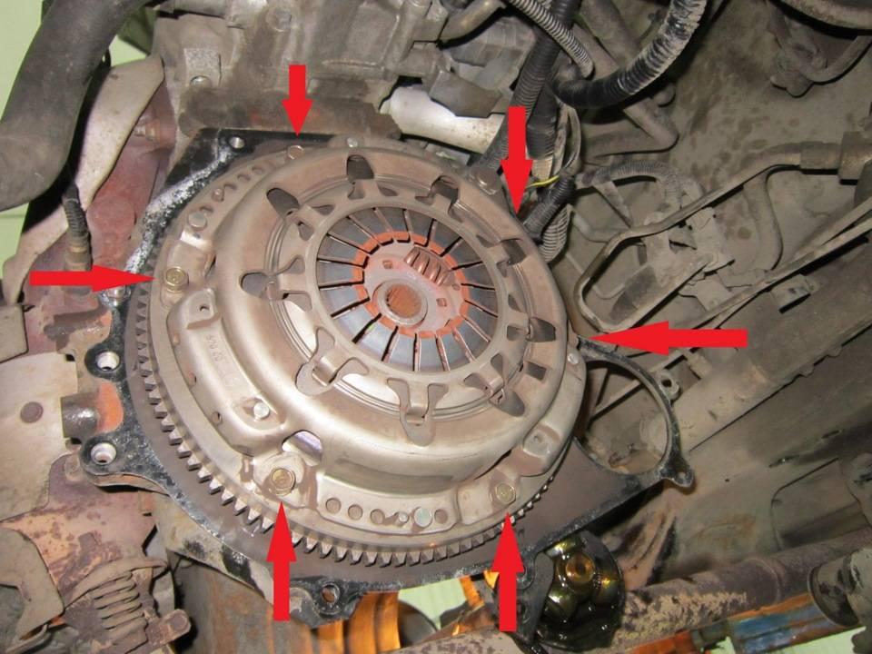 Почему не включаются передачи при работающем двигателе?
