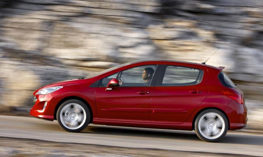 Ford Focus II против Peugeot 308: какой из автомобилей лучше