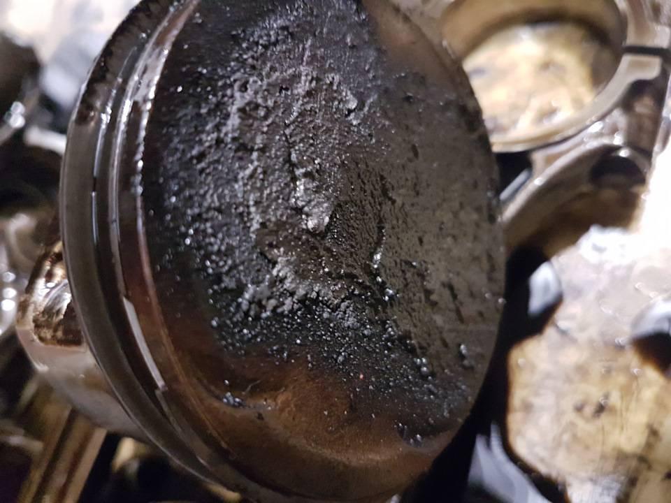 Почему чернеет масло в двигателе и опасно ли это?