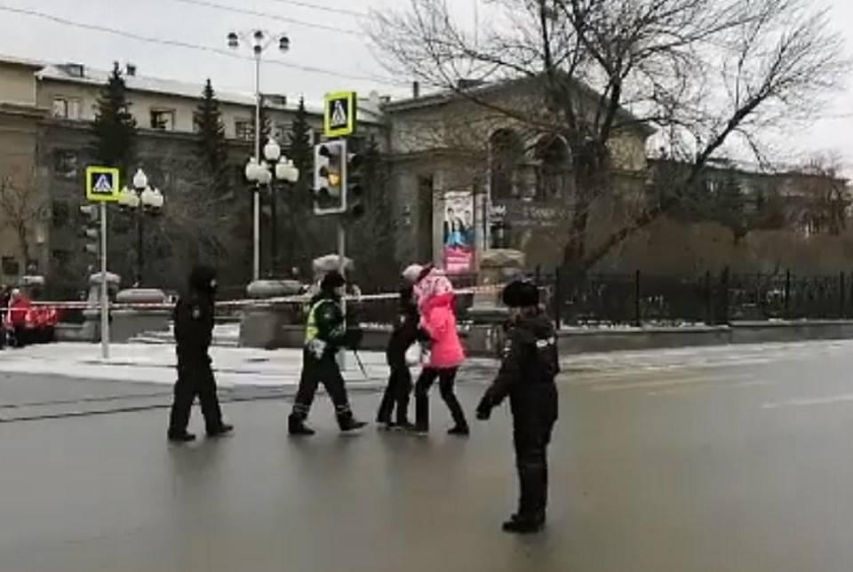 Из бассейна — на проезжую часть: екатеринбуржцы устроили пляски на дороге и создали пробку в центре города