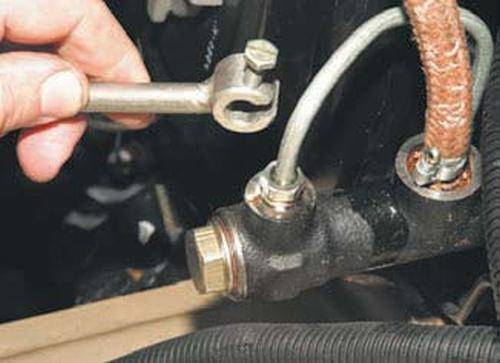 Прокачка сцепления автомобиля: симптомы, подготовка, этапы
