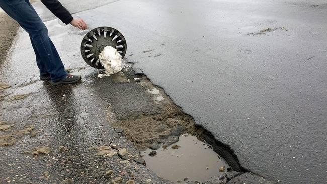Пробил колесо в яме: что делать?