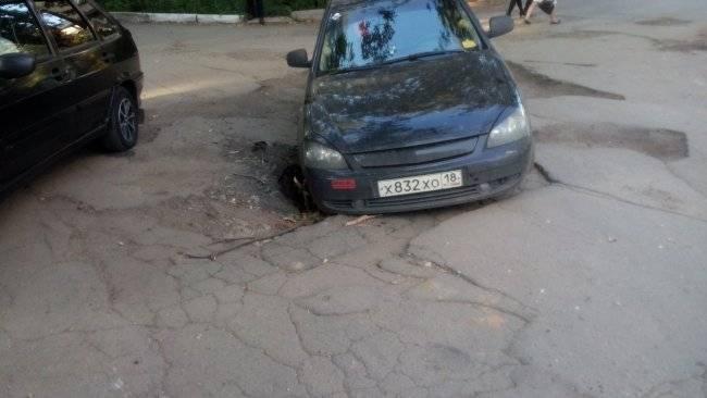 Пробил колесо в яме на дороге: что делать?