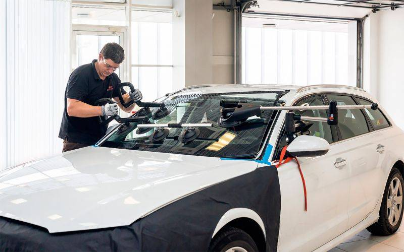 Замена лобового стекла автомобиля: верный выбор и правильная установка