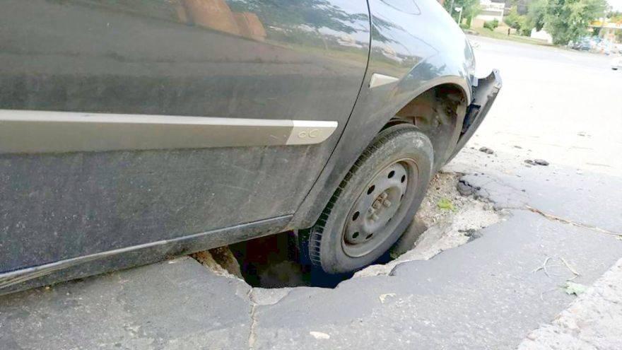 Автомобиль попал в яму или люк на дороге: как получить возмещение и с кого?