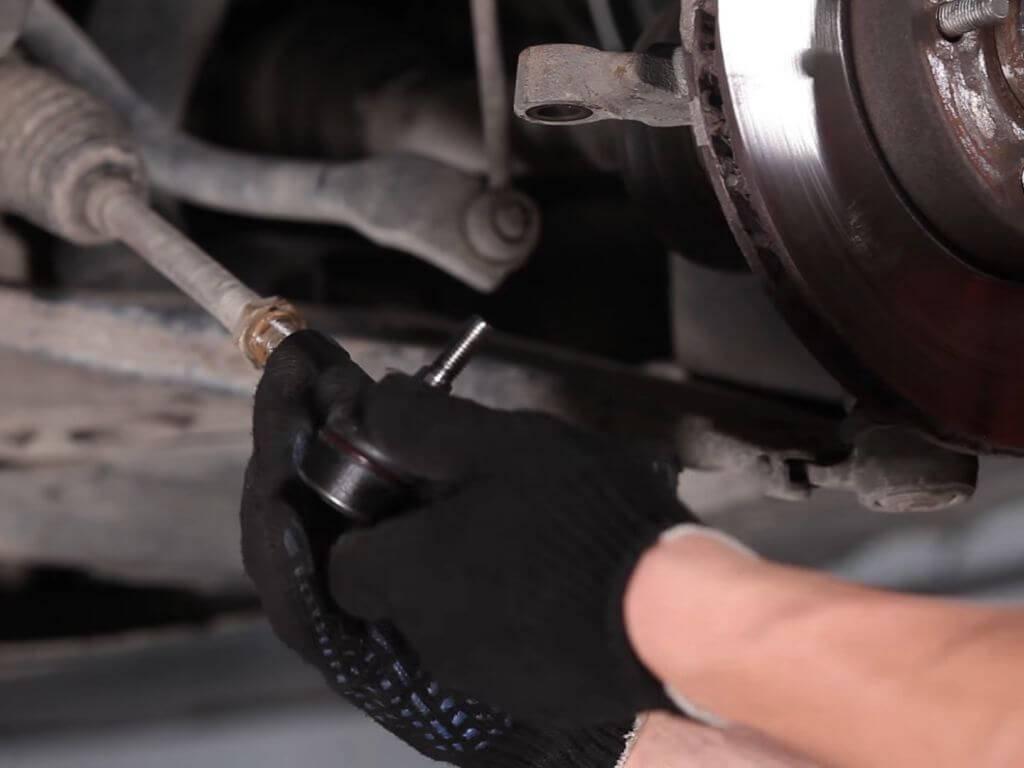 Как самостоятельно заменить наконечники рулевых тяг