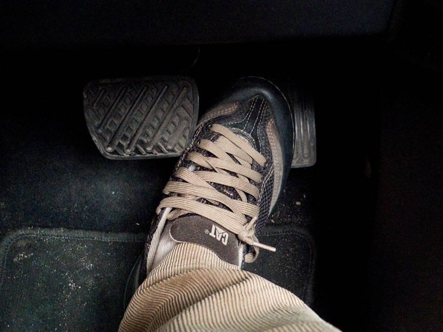 ???????? проваливается педаль тормоза — 12 причин и ремонт без сто