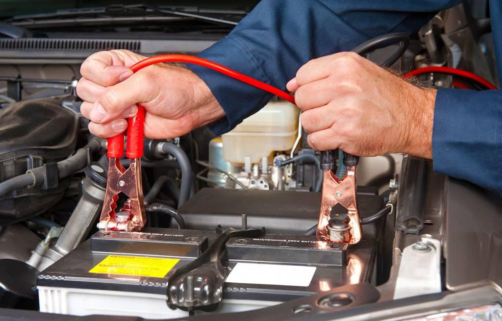Как правильно прикуривать машину с севшим аккумулятором зимой