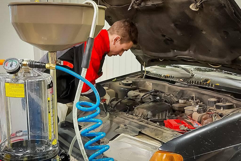 Почему масло в двигателе нужно менять раз в год