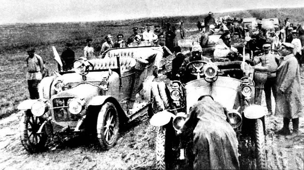 """Праздничные автомобили-имитации """"ленинского"""" броневика"""