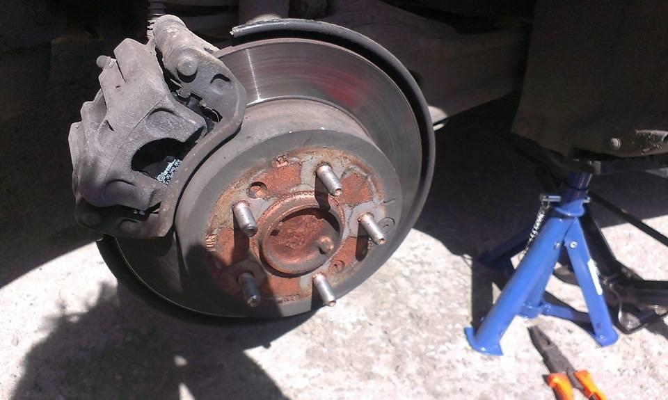 Проваливается педаль тормоза: причины, после замены колодок, после прокачки тормозов