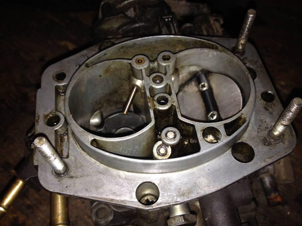 Стреляет в глушитель системы выпуска двигателя автомобиля