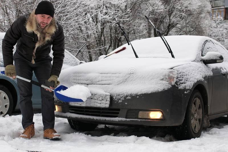 Правильная очистка автомобиля от снега