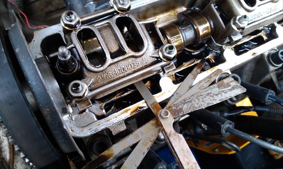 Почему стучит двигатель на горячию и на холодную.