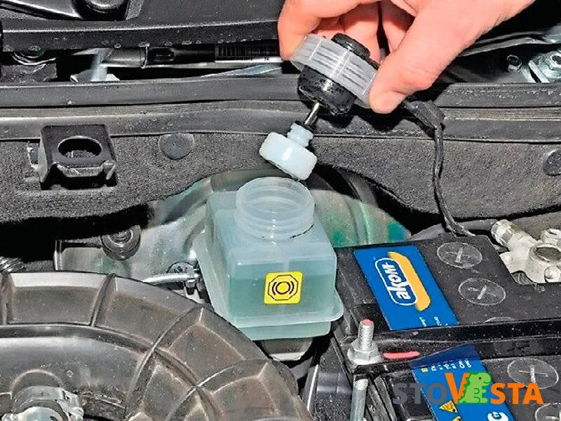Как часто нужно менять тормозную жидкость в автомобиле