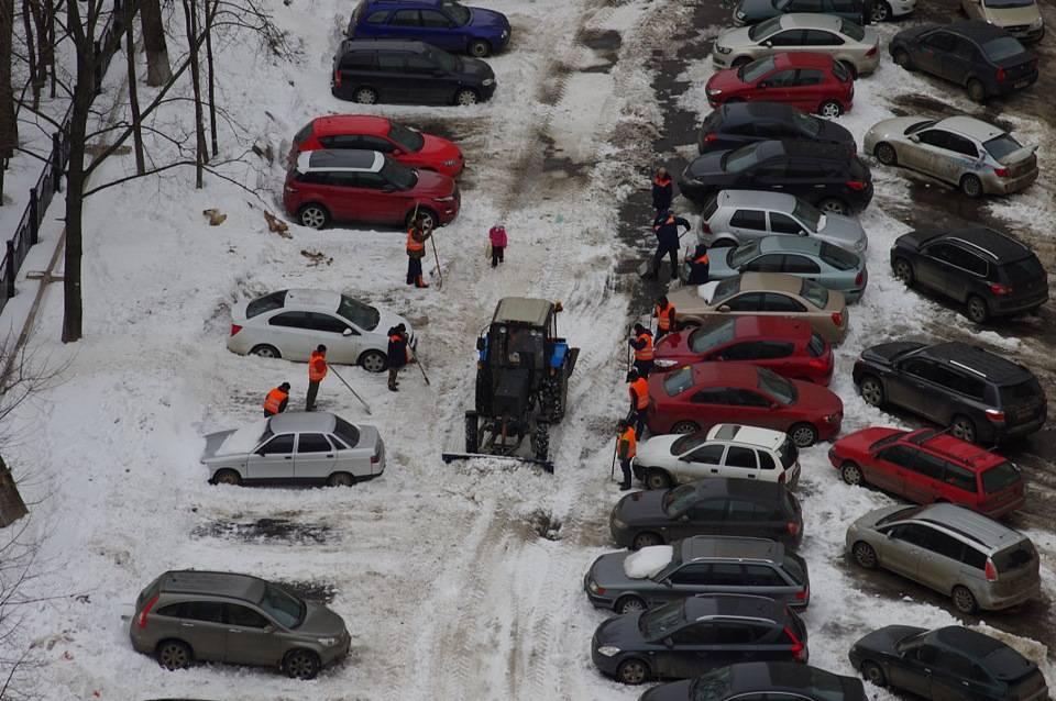 Можно или нельзя ставить автомобили во дворе домов по новому закону?