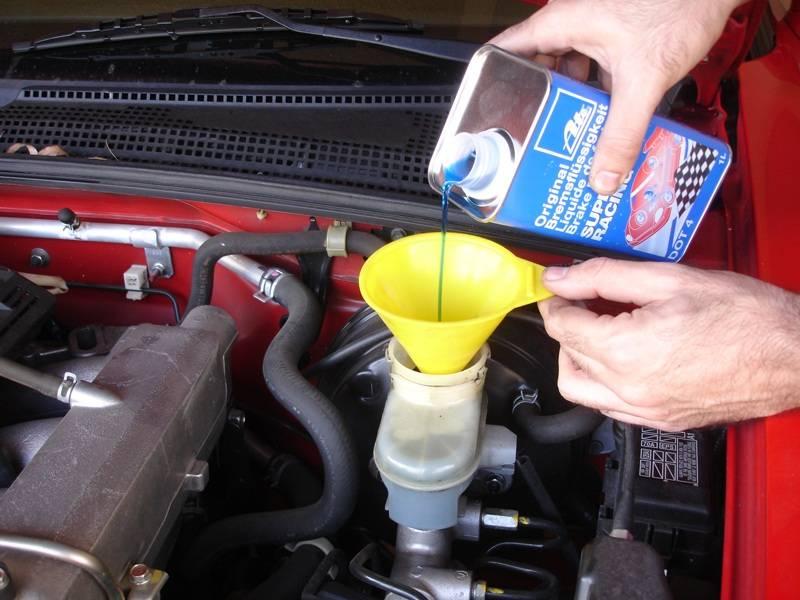Замена тормозной жидкости: правила и рекомендации