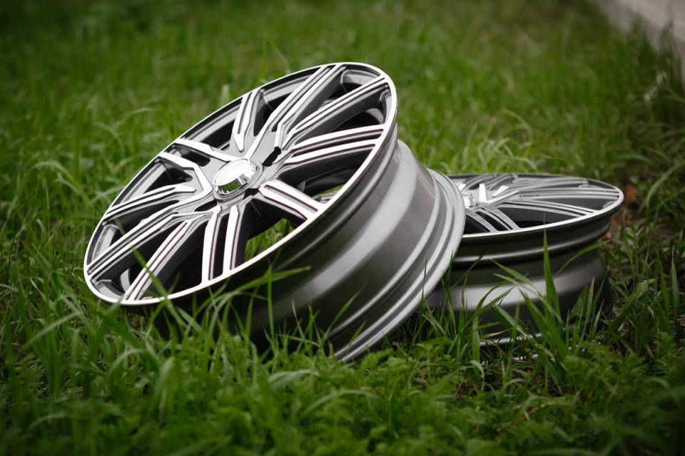 Прощай, штатное «литьё»! меняем колёсные диски на редакционной lada vesta
