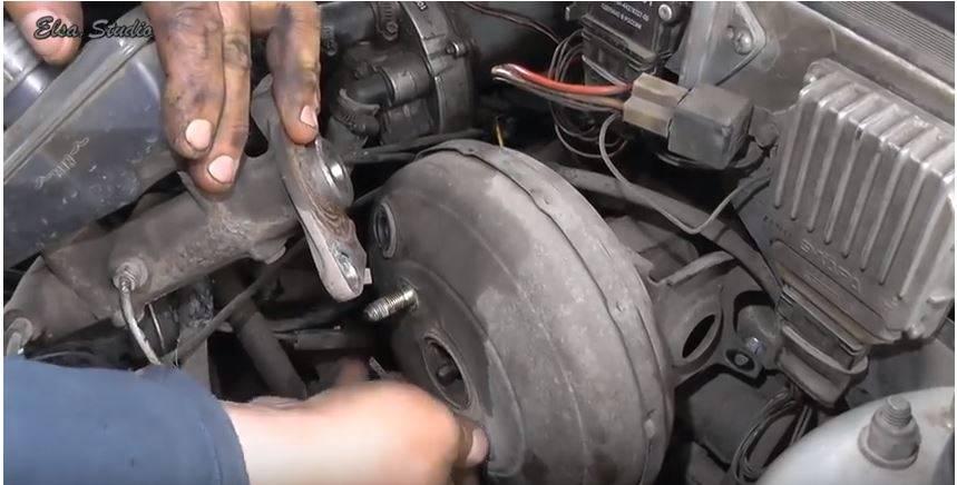 При торможении бьет педаль тормоза: почему и что делать?