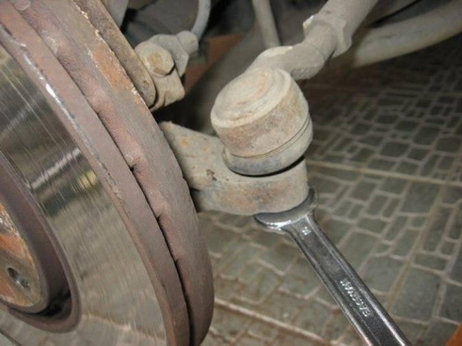 Проверка и замена наконечников рулевых тяг