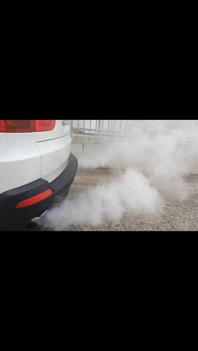 Сизый дым из выхлопной трубы: почему идет, как избавиться