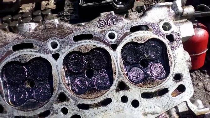 На что обратить внимание, если мотор подъедает масло, но не дымит