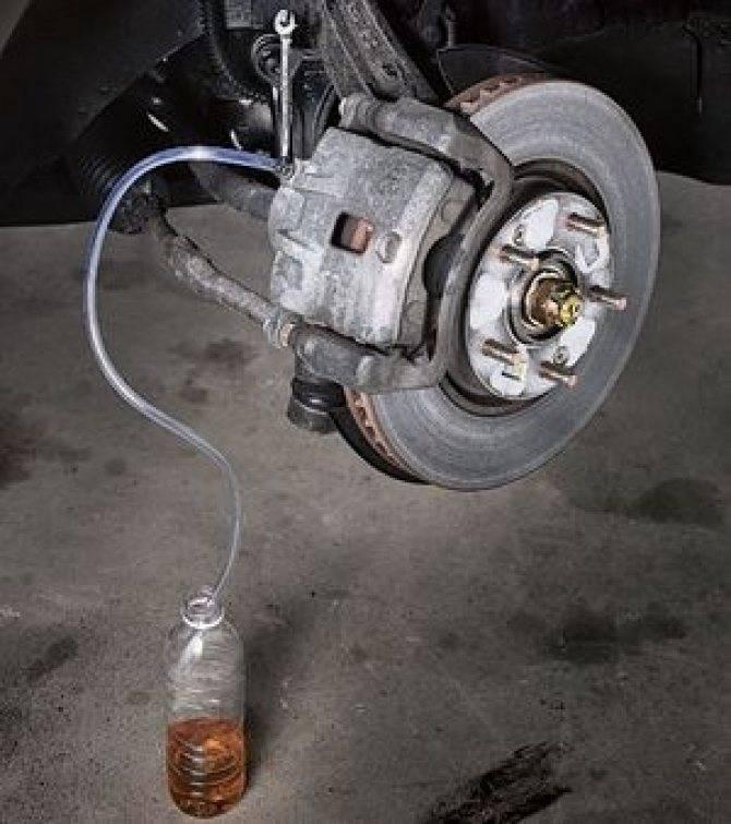 Почему после замены колодок проваливается педаль тормоза, что делать