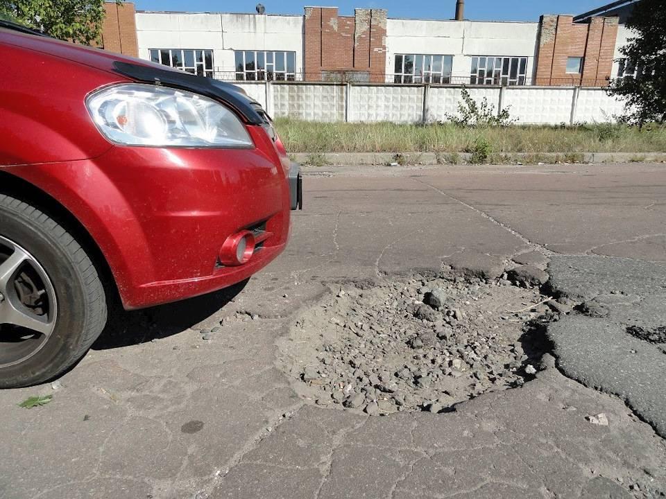 Пробил колесо в яме на дороге