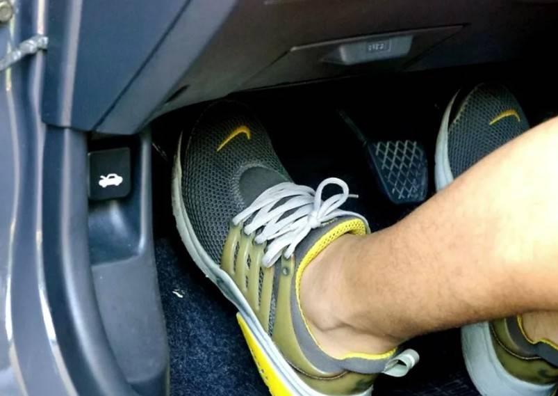 При нажатии на тормоз педаль медленно проваливается