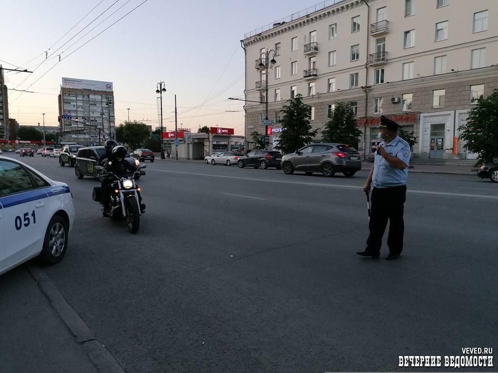 Освежились: ГИБДД оштрафовала участников покатушек с бассейном в телеге в Екатеринбурге