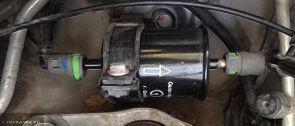 Где находится топливный фильтр рено дастер