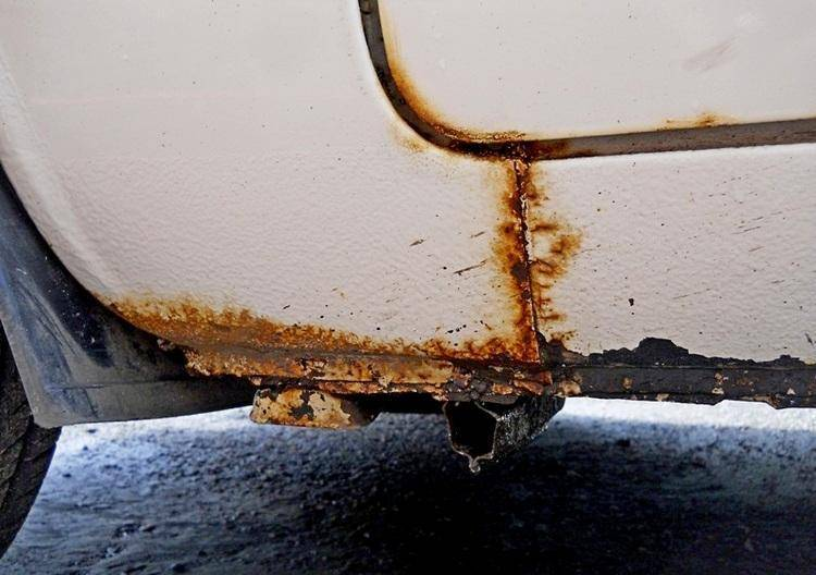 Как убрать ржавчину с кузова автомобиля своими руками: чем обработать и зачистить поверхность, как вытравить и избавиться от коррозии?