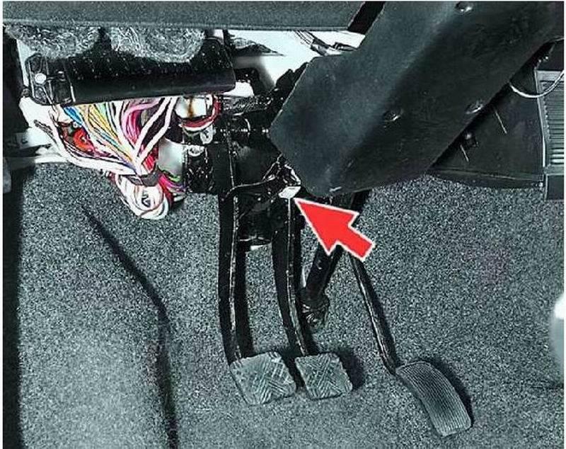 При торможении машину уводит в сторону и влево и вправо, причины, что делать
