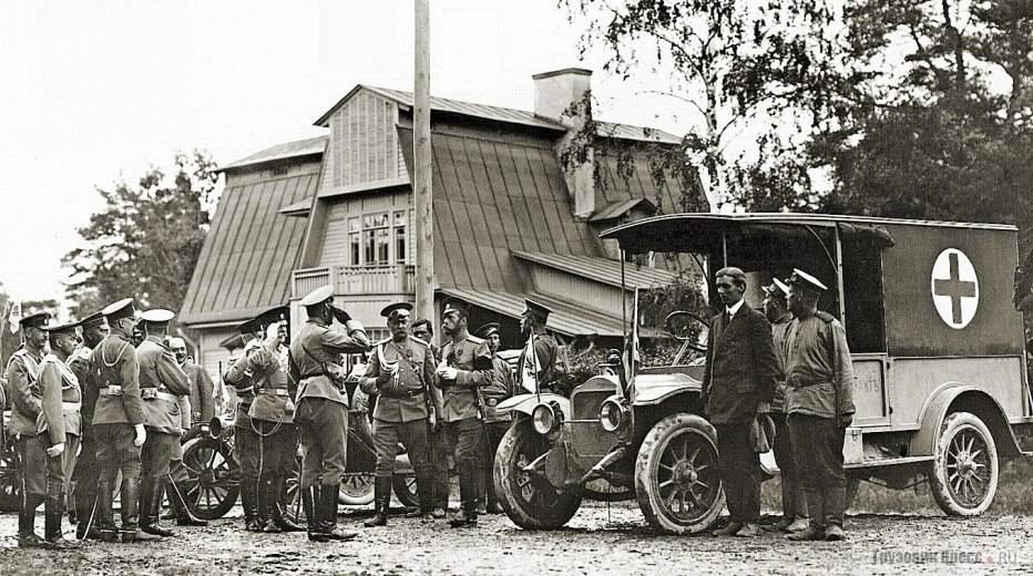 Праздничные автомобили-имитации «ленинского» броневика