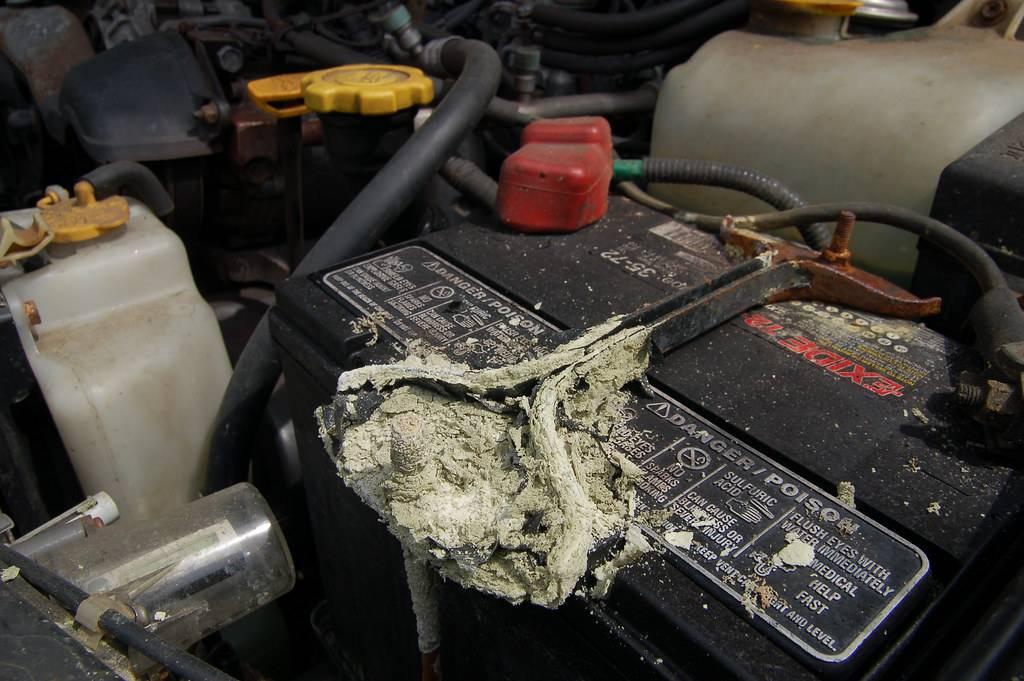 Что делать если взорвался аккумулятор в автомобиле