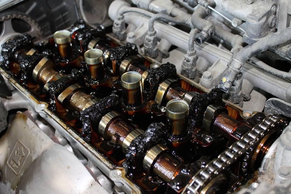 Дымит двигатель после замены масла: почему и что делать в этом случае