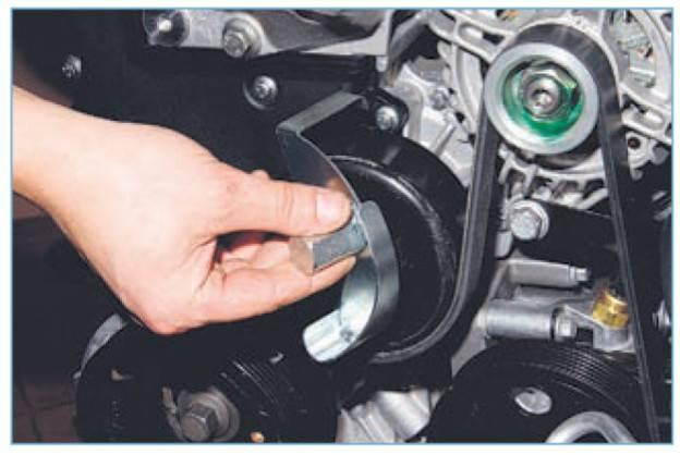 Как натянуть ремень генератора форд фокус 1?
