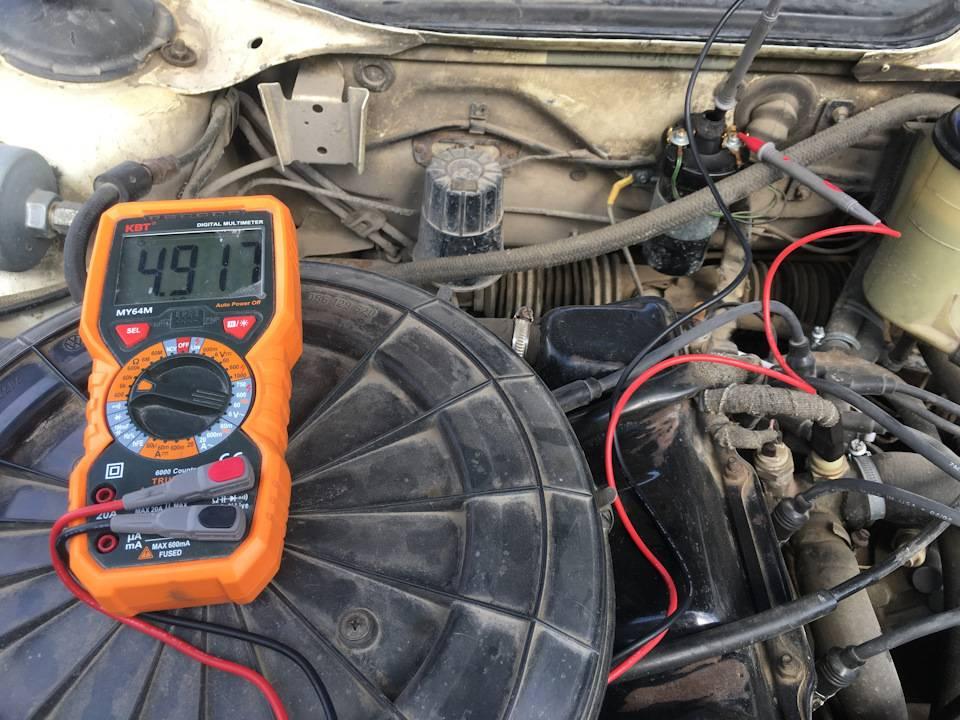 На холодную двигатель заводится и сразу глохнет