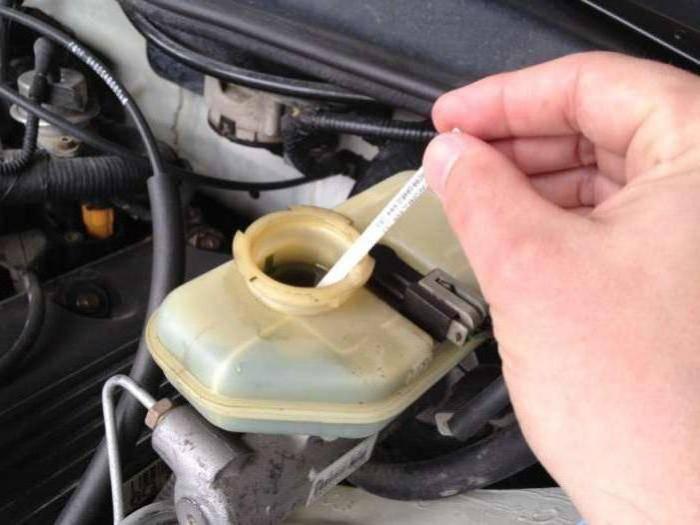 Как часто стоит менять тормозную жидкость в автомобиле