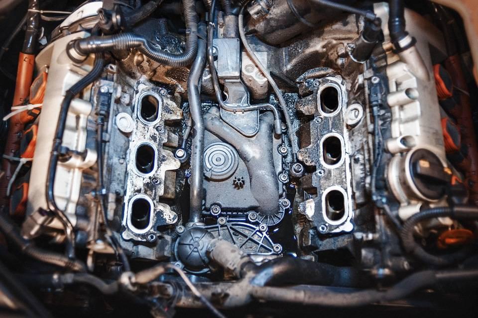 Почему течет масло в двигателе audi