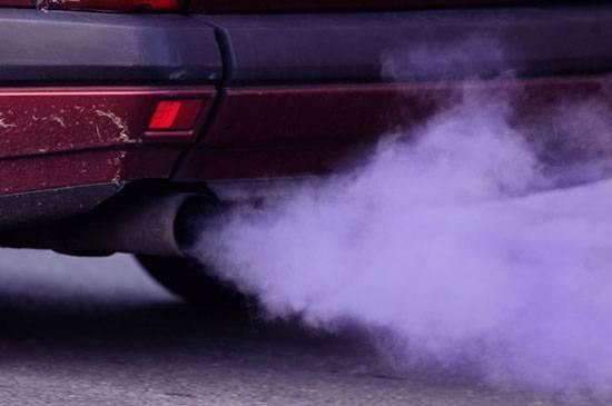 Синий и белый дым из выхлопной трубы. причины появления и способы устранения