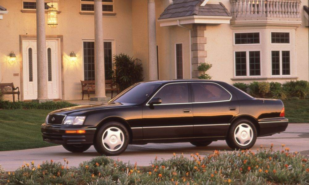 Lexus lx 570 vs land cruiser 200