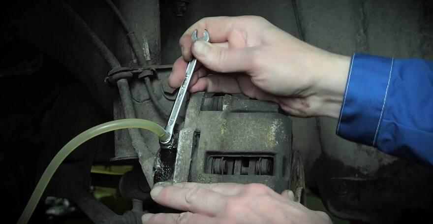 Как заменить тормозную жидкость и прокачать тормоза авто своими руками.