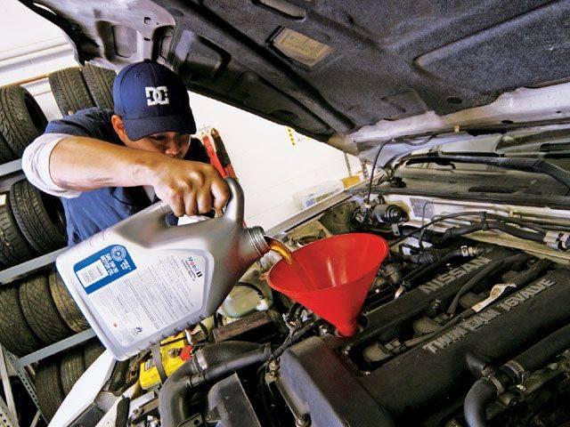 Как правильно доливать масло в двигатель автомобиля?