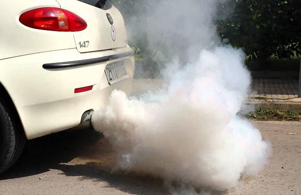Почему появляется белый дым из выхлопной трубы дизельного двигателя, возможные неисправности и что делать