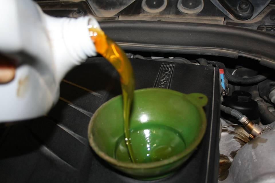 Можно ли в двигатель доливать масло другой марки?