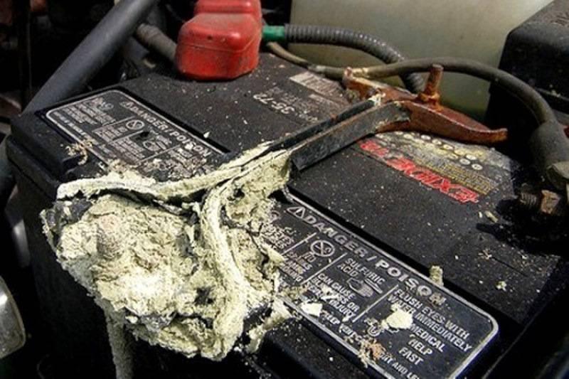 Почему кипит аккумулятор автомобиля при езде — причины и последствия