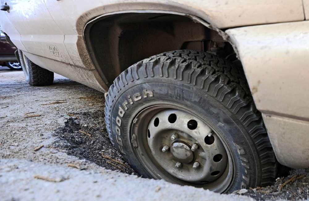 Пробил колесо в яме: оформление дтп, оценка ущерба, требуемые документы для возмещения