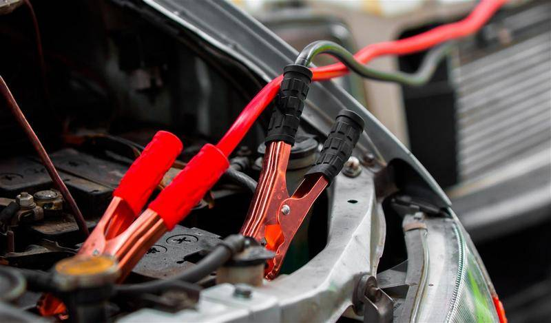 Как правильно прикуривать авто от второго аккумулятора или другой машины